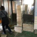 桐たんすの木取り  板あぶり(ホットプレス)